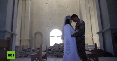 VIDEO: Una joven pareja se casa en una iglesia bombardeada en Nagorno Karabaj