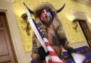 """Juez: """"hombre bisonte"""" del asalto al Capitolio seguirá detenido hasta su juicio"""