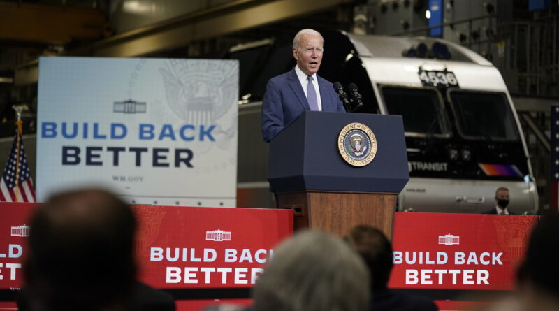 Biden tose en su palma y continúa saludando con un apretón de manos al público (VIDEO)